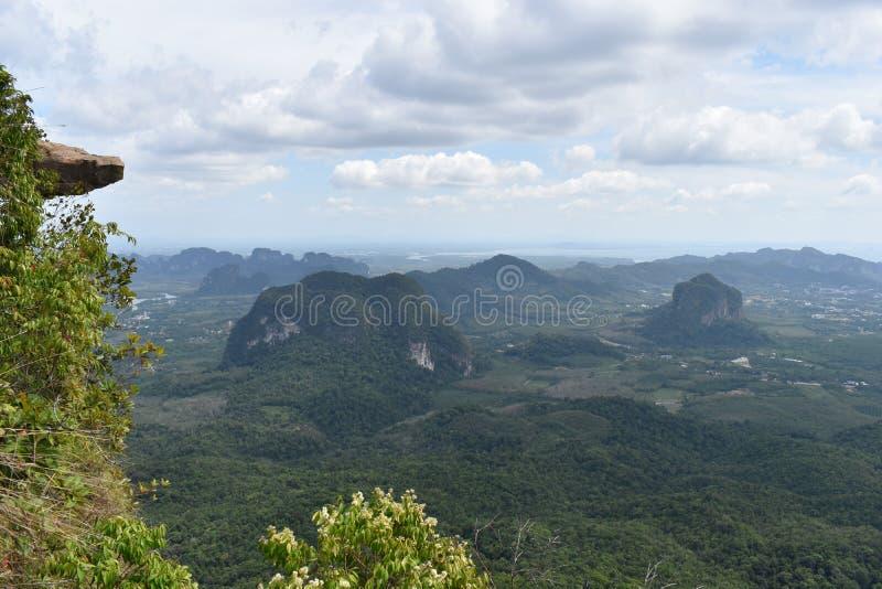 Vista di panorama con una grande roccia sopra Krabi alla traccia di escursione della giungla alla cresta del drago nel NAK di Kha fotografia stock
