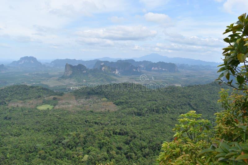 Vista di panorama da una grande roccia sopra Krabi alla traccia di escursione della giungla alla cresta del drago nel NAK di Khao immagine stock libera da diritti