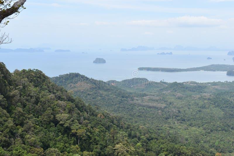 Vista di panorama da una grande roccia sopra Krabi alla traccia di escursione della giungla alla cresta del drago nel NAK di Khao immagini stock