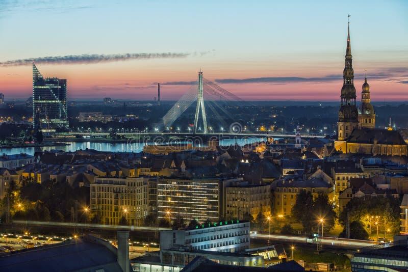 Vista di panorama dall'accademia delle scienze lettone sulla vecchia città di Riga, Lettonia fotografie stock