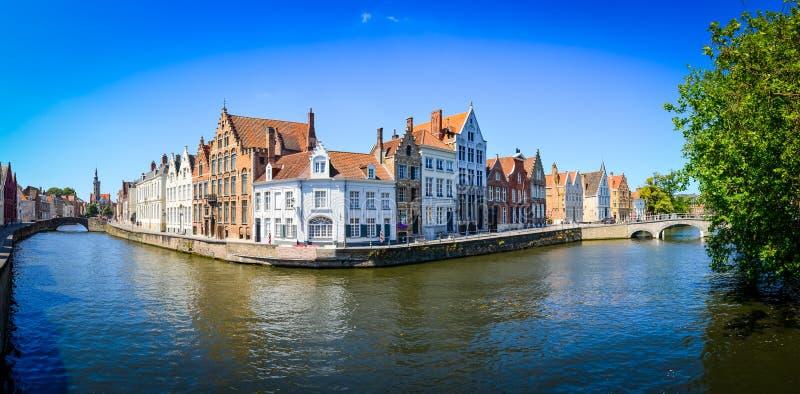 Vista di panorama del canale del fiume e delle case variopinte a Bruges immagini stock libere da diritti
