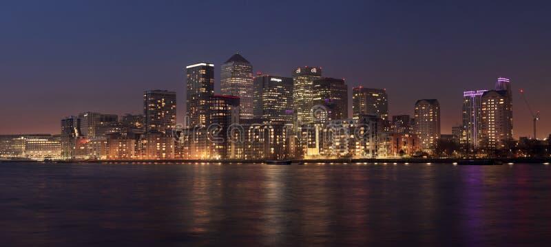 Vista di panorama del distretto di Canary Wharf al crepuscolo immagine stock