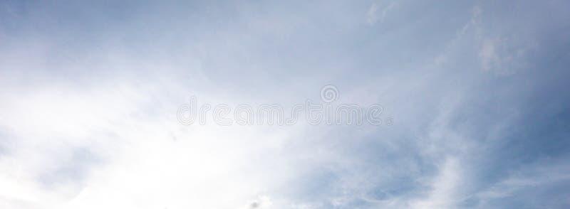 Vista di panorama del fondo del cielo con il brigantino bianco blu della luce della nuvola fotografia stock