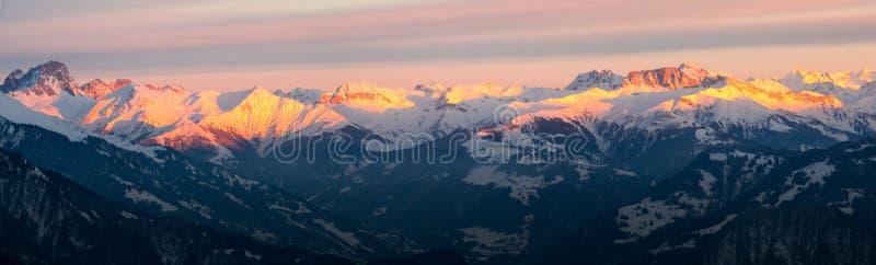Vista di panorama del paesaggio della montagna di inverno nelle alpi svizzere immagine stock