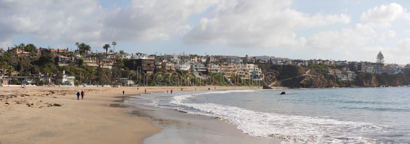Vista di panorama del paesaggio urbano visto dal pilastro della spiaggia a Corona Del Mar immagine stock