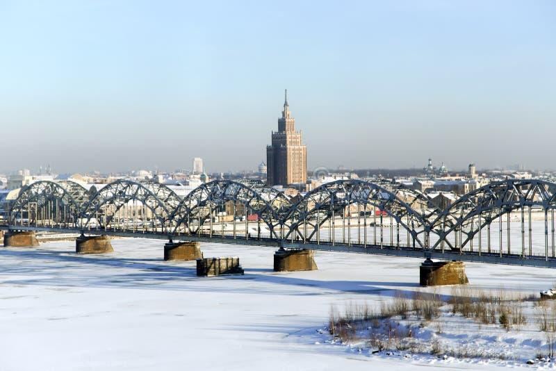 Vista di panorama del ponte ferroviario sopra il fiume di Daugava fotografie stock libere da diritti
