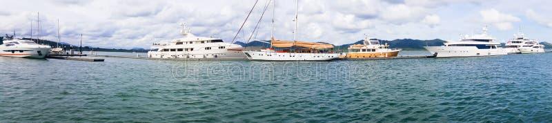 Vista di panorama del porticciolo di lusso dell'yacht, dell'yacht del porto nel mare o dell'oceano di giorno che consiste di molt fotografia stock libera da diritti