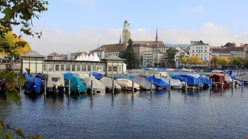 Vista di panorama della città e del porto a Zurigo Svizzera immagini stock