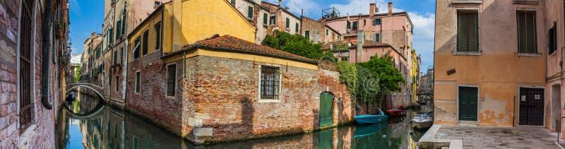 Vista di panorama delle case accanto al canale a Venezia fotografie stock