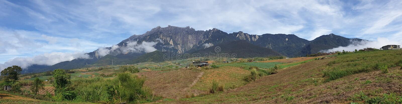Vista di panorama di mattina del Monte Kinabalu, Kampung Mesilou, Kundasang, Sabah, Malesia fotografia stock