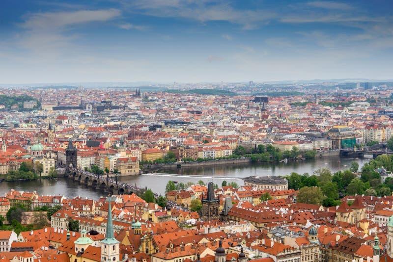 Vista di panorama di Praga con il fiume della Moldava, ponte di Charles fotografia stock libera da diritti