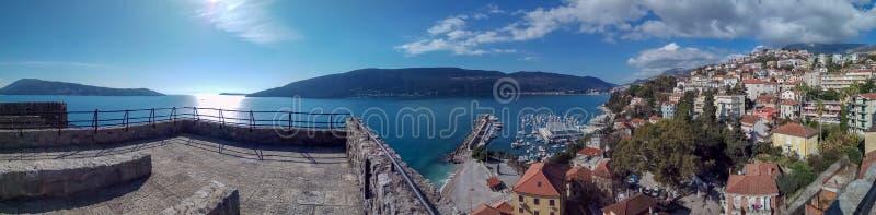 Vista di panorama sul mare adriatico e sulle montagne, Castelnuovo fotografia stock