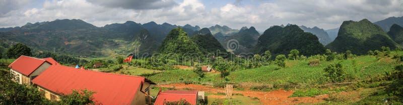 Vista di panorama sulle montagne intorno provincia a Cao Bang, Cao Bang, vietnam del nord immagine stock