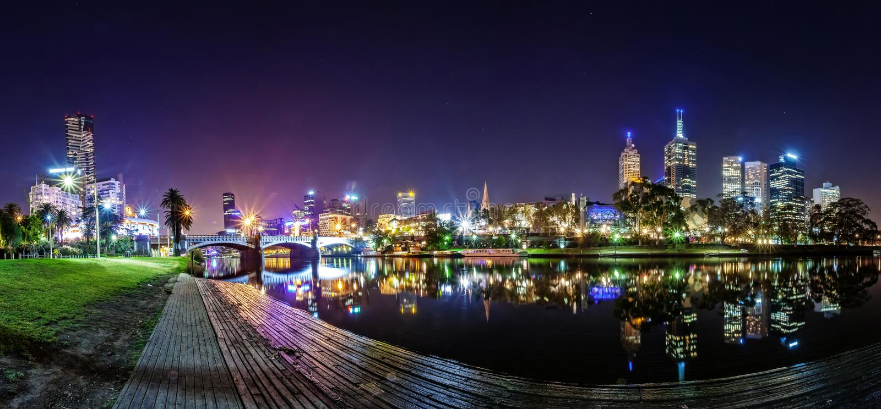 Vista di panorama di un bello una vista attraverso il fiume di Yarra al punto di riferimento di Melbourne del centro immagine stock
