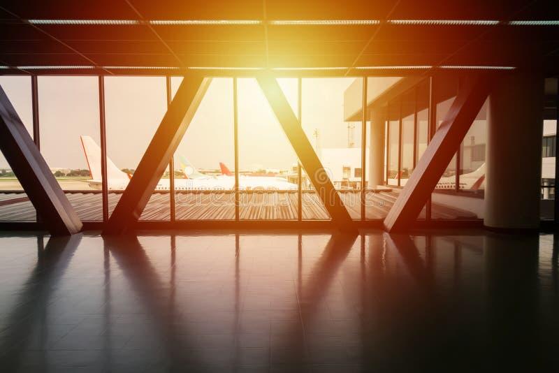 Vista di parcheggio dell'aeroplano al portone dal ponte di modo della passeggiata fotografia stock libera da diritti