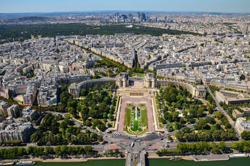 Vista di Parigi, Francia ai giardini di Trocadero dalla torre Eiffel al giorno soleggiato immagine stock