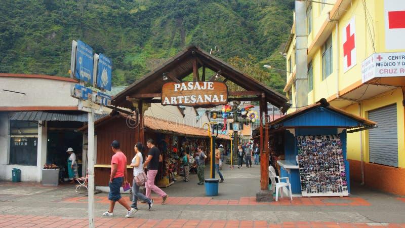 Vista di Pasaje Artesanal nella città Banos è situato sulle colline pedemontana nordiche del vulcano di Tungurahua fotografie stock libere da diritti