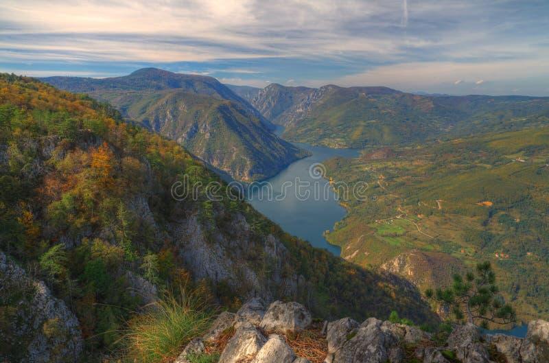 Vista di Perucac del lago qui sopra dal punto di vista Banjska Stena, montagna Cesalpina, Serbia occidentale immagine stock
