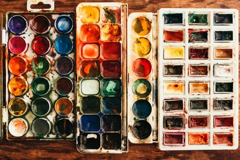 Vista di piano di una scatola di verniciatura a colori d'acqua fotografia stock libera da diritti