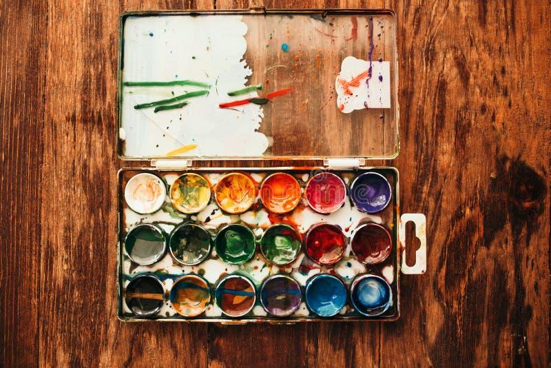 Vista di piano di una scatola di verniciatura a colori d'acqua fotografia stock