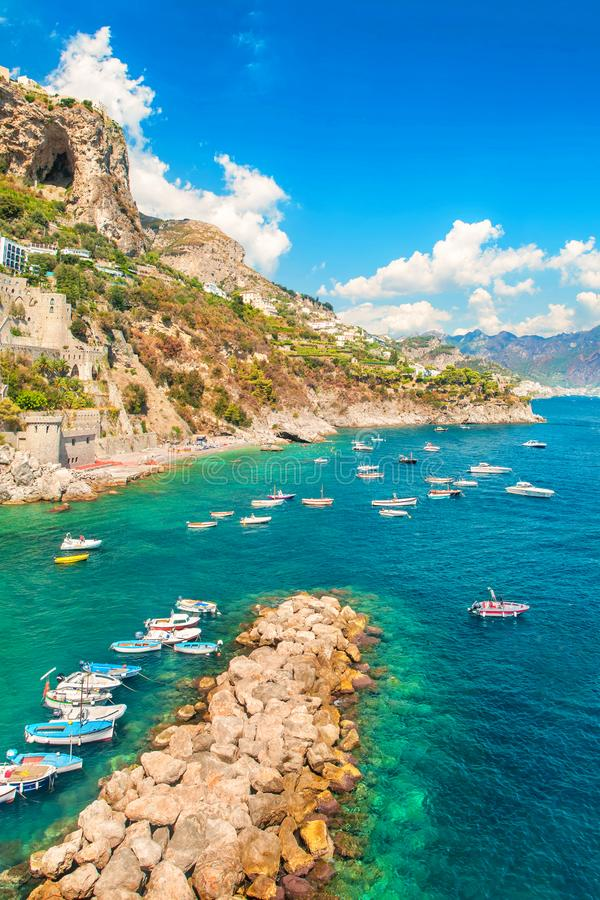 Vista di piccola baia con le barche e le montagne immagine stock libera da diritti