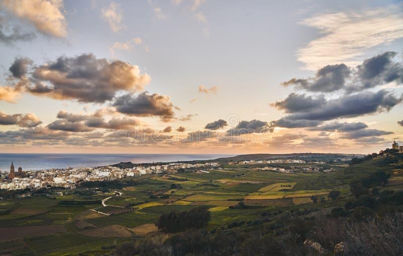 Vista di piccola città al tramonto fotografia stock libera da diritti
