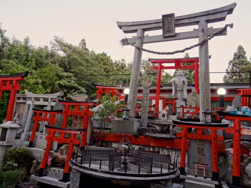 Vista di piccolo santuario dedicato a Benzaiten alla traccia di Fushimi Inari a Kyoto fotografia stock libera da diritti