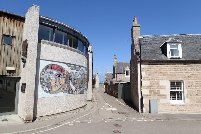 Vista di piccolo teatro & delle case di pietra, Fishertown, Nairn, Scozia, Regno Unito immagini stock