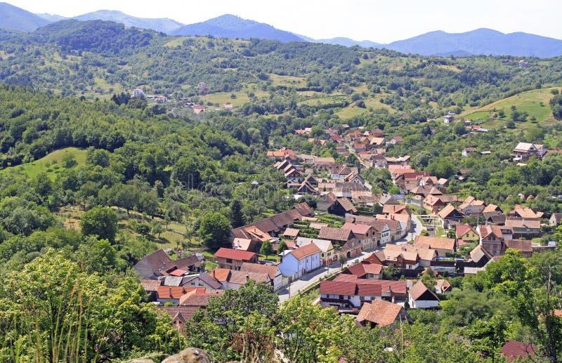 Vista di piccolo villaggio Cisnadioara dalla collina fotografia stock