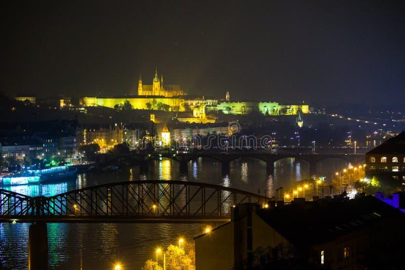 Vista di Praga di notte sul castello fotografia stock libera da diritti