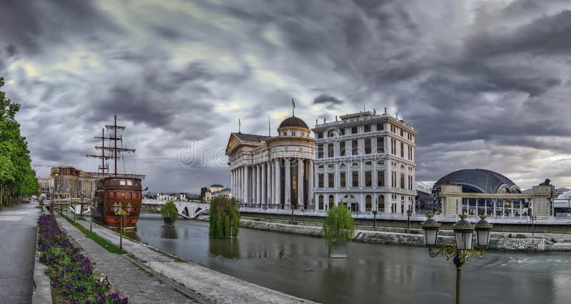 Vista di primo mattino del centro urbano di Skopje fotografie stock