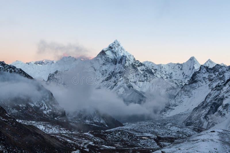 Vista di primo mattino della sommità di Ama Dablam della montagna sul viaggio del campo base di Everest in Himalaya, Nepal fotografie stock