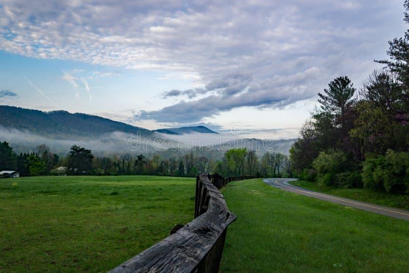 Vista di primo mattino di Ridge Mountains e del cielo blu la Virginia, U.S.A. fotografia stock libera da diritti