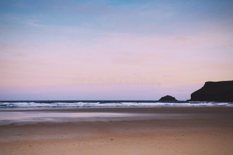 Vista di primo mattino sopra la spiaggia a Polzeath retro Filt d'annata immagine stock