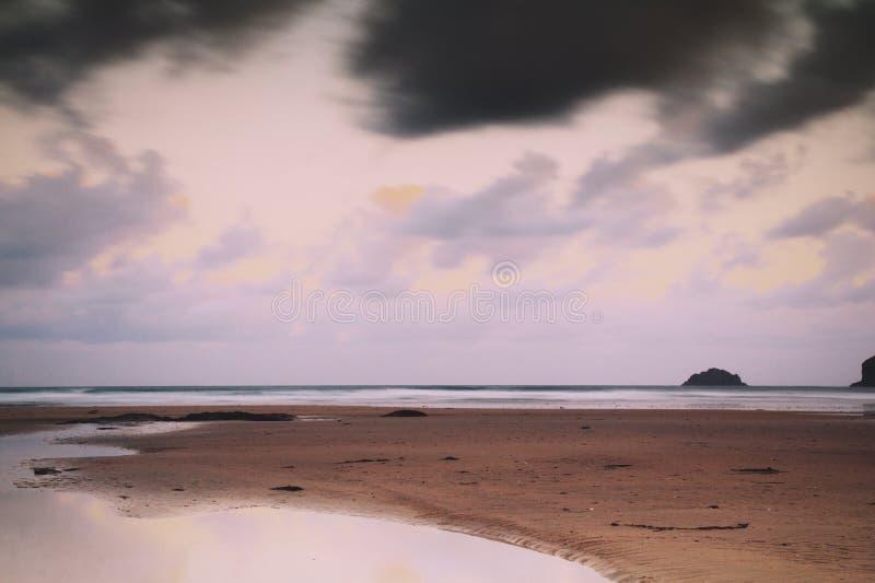 Vista di primo mattino sopra la spiaggia a Polzeath retro Filt d'annata fotografia stock