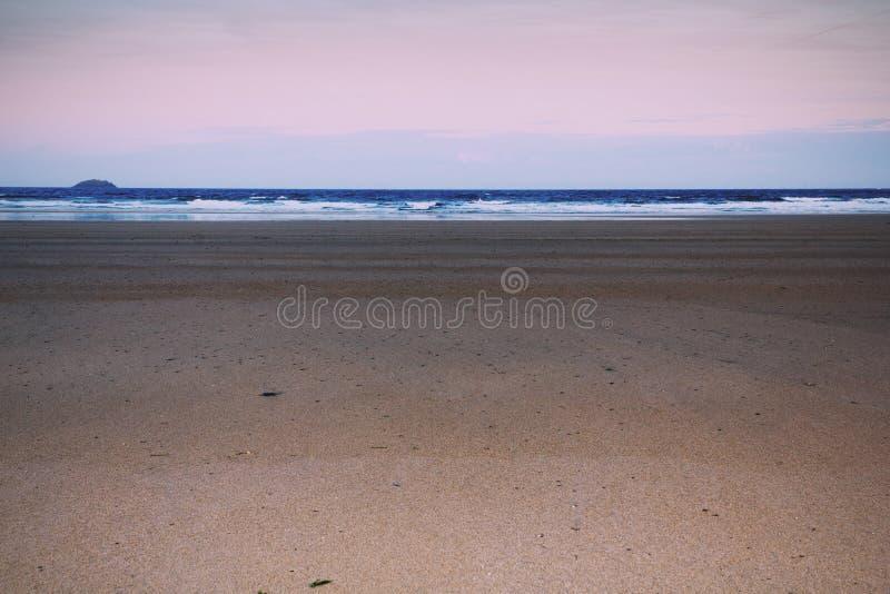 Vista di primo mattino sopra la spiaggia a Polzeath retro Filt d'annata immagine stock libera da diritti