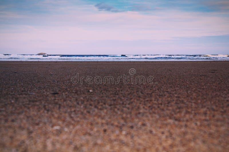 Vista di primo mattino sopra la spiaggia a Polzeath retro Filt d'annata fotografia stock libera da diritti