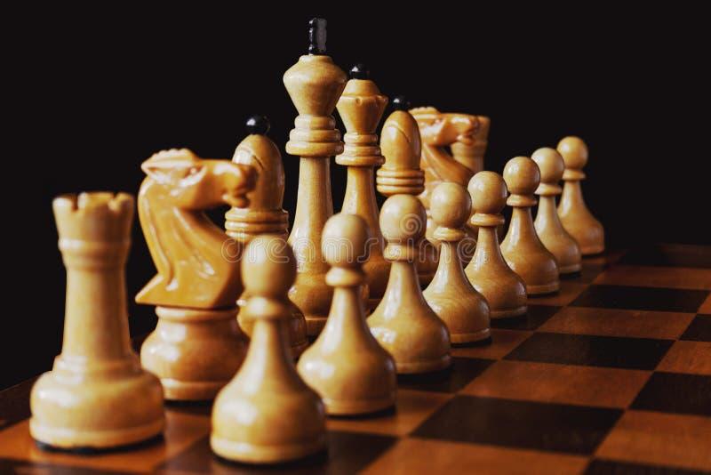 Vista di prospettiva dei pezzi degli scacchi bianchi di legno in un positio di inizio fotografie stock libere da diritti