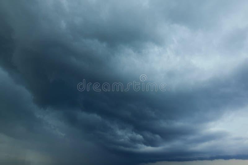 Vista di prospettiva del cielo piovoso grigio drammatico con le nuvole grige bianche Nuvole del cielo della pioggia Fondo artisti immagini stock libere da diritti