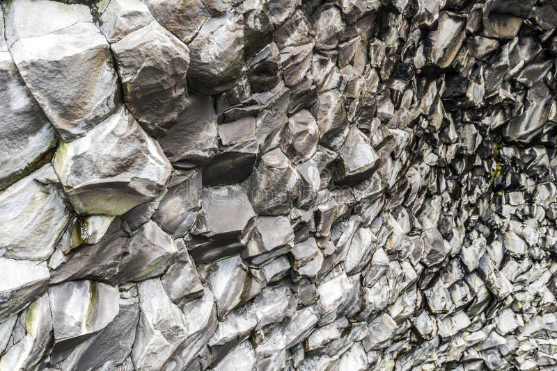 Vista di prospettiva del modello delle scogliere del basalto dentro la caverna in fondo alla montagna di Reynisfjall in Islanda d immagine stock libera da diritti