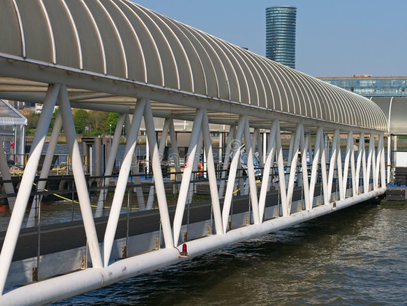 Vista di prospettiva del ponte d'acciaio bianco fotografie stock