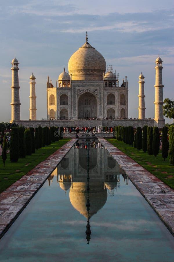 Vista di prospettiva del Taj Mahal con la riflessione in w fotografia stock libera da diritti