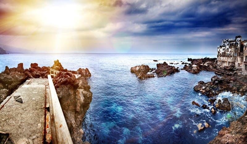 Vista di prospettiva di un pilastro di pietra nel mare Fondo di vista sul mare nell'oceano Concetto di vacanza e di viaggio Tener fotografia stock libera da diritti