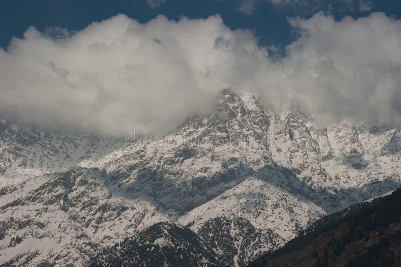 Vista di punta della neve con le nuvole nell'inverno al villaggio di Sidhpur in Dhar fotografie stock libere da diritti