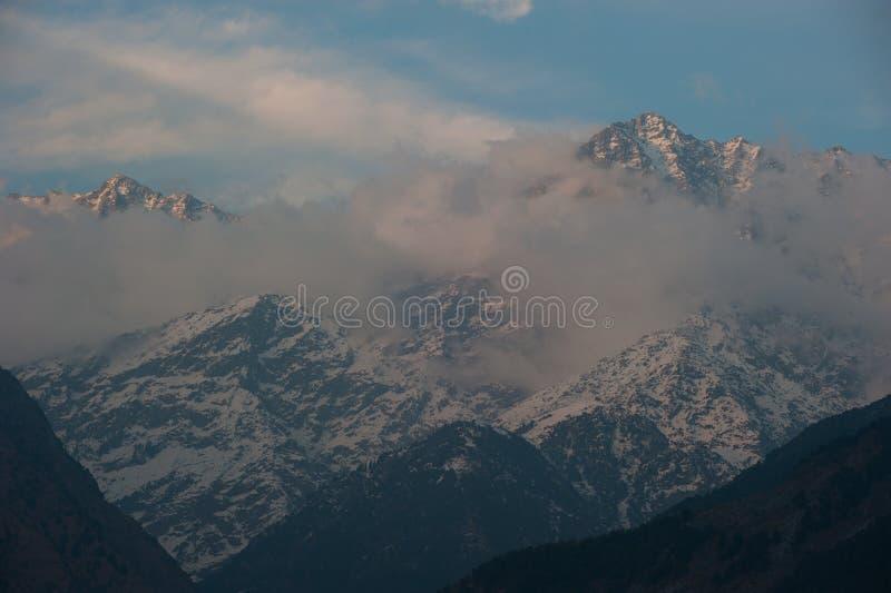 Vista di punta della neve con le nuvole nell'inverno al villaggio di Sidhpur in Dhar fotografia stock libera da diritti