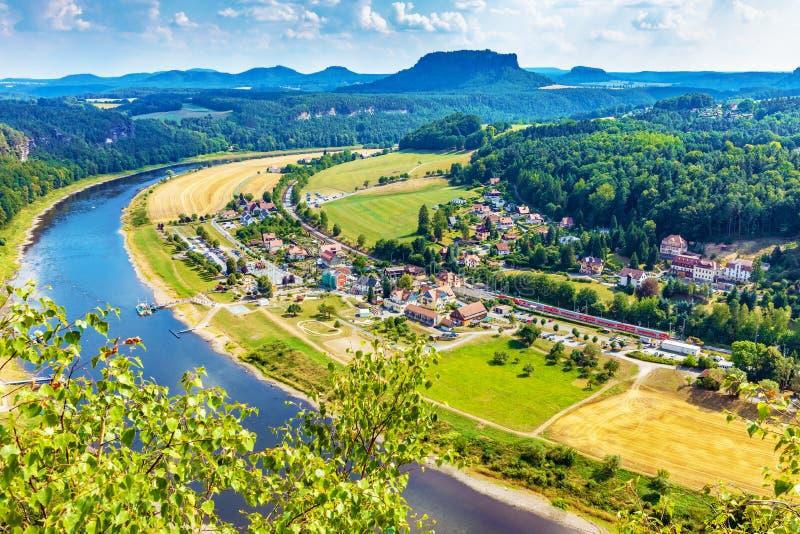 Vista di Rathen, Germania dal ponte di Bastei immagini stock