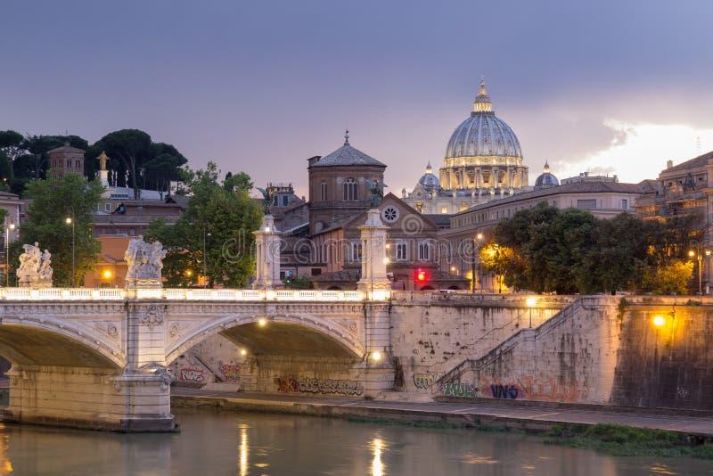 Vista di Roma con la cupola del ` s di St Peter alla notte immagini stock