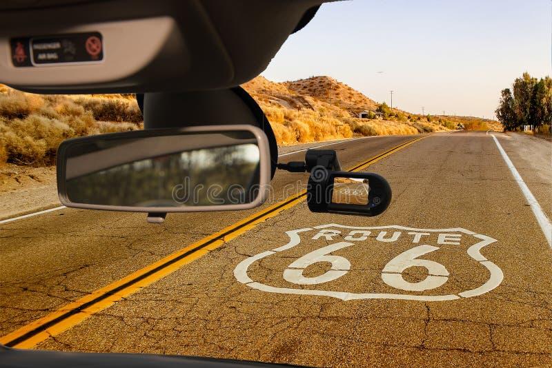 Vista di Route 66 storico, California, U.S.A. della macchina fotografica dell'automobile immagine stock libera da diritti