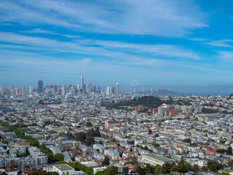 Vista di San Francisco e del ponte della baia dalla distanza fotografia stock libera da diritti