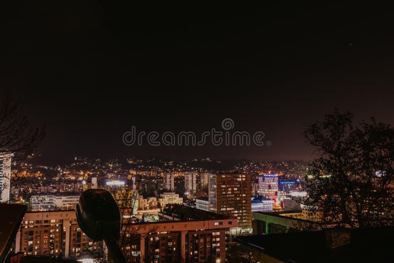 Vista di Sarajevo alla notte - immagine fotografie stock libere da diritti